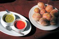 Papas arrugadas (Runzlige Kartoffeln mit Saucen)